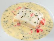 ふっくらと蒸しあがった舌平目に、白ワインと魚のだし汁、エシャロットを加えて煮込み、バターを加えたマリニエールソースで。茶の香りが味全体を引き締めてくれます。