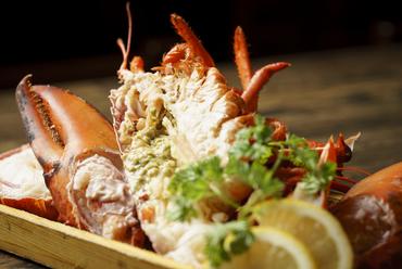 活き海老を焼くか蒸してダイレクトに味を楽しむ『オマールエビ』