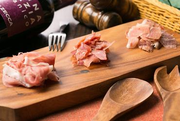 お店自慢のお得な一皿『スペイン産&イタリア産&国産 3ヵ国生ハム食べ放題』