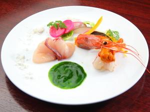 市場で買付する新鮮魚貝を使った美しいコントラストを楽しめる『オードブル』