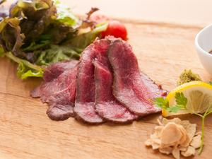 鉄板で焼くことで旨味が凝縮された『国産和牛ローストビーフ』