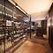 アプローチからも見える、150種以上並ぶワインボトルの壁