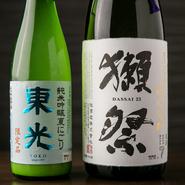 有名蔵元だけでなく地酒も幅広く重用し、料理との相性を細やかに考えながら時期ごとに替わっていくラインナップ。食材同様に、お酒の旬にも敏感に対応しながら、日本各地の銘柄が揃えられています。