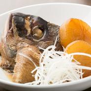 その日に入荷した魚介を使っているので、生臭さもなくさっぱりとした味わい。味が浸透しやすい大根と一緒にじっくりと煮込んであります。