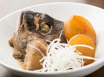 日本酒との相性が抜群、挙ってオーダーされる『鮮魚のあら煮』