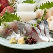 漁港直送だからこそ、新鮮な鮮魚の良さをそのままに味わえます。高知湾近海で水揚げされる「コロ鯛」や「コショウ鯛」など珍しい魚の刺身も登場。(四~五名)