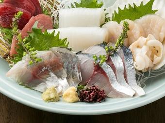 5500円⇒5000円(税込)。刺身4種盛りや鶏もも肉の味噌焼き、牡蠣釜飯等の料理9品+スタンダード飲み放題。