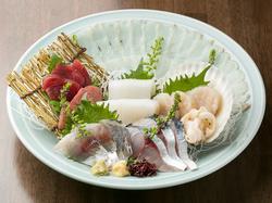 クーポン利用で飲み放題込4,000円(税込)のお刺身四種盛、本日の魚料理など海鮮を堪能できるコースです。