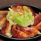 キャベツ、もやし、にらなど餃子に合う具材を日替わりで楽しめる『鉄板焼子』