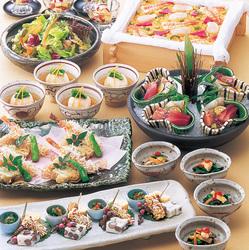 鱧すき鍋をメインに季節の旬の食材をふんだんに使用