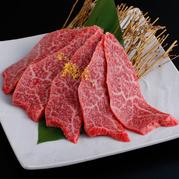 美味しいお肉は塩で食べるのが一番! 軽く焼いてレアで食べるのがおススメ。岩塩とわさびがお肉の味を引き立てます