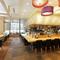 東京スクエアガーデン2F。オープンキッチンのある開放的な空間
