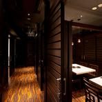 少人数にぴったりな個室も完備。二人にちょうど良い広さの部屋でゆったりと過ごすことができる人気席です。落ち着いた雰囲気の中、美味しいお肉に舌鼓。楽しい会話も弾みます。