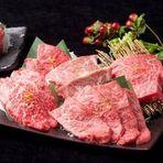 A5和牛の厳選した上質な赤身には霜降りが入り、食感も柔らかです。凝縮された旨みがたっぷり味わえるよう、ヒマラヤの岩塩を使用。極上の肉をリーズナブルに提供できるのは、当店ならではの魅力です。