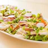 ヘルシーオイルを取り入れたソースをかけて『野菜たっぷりカルパッチョ 大(小700円)』