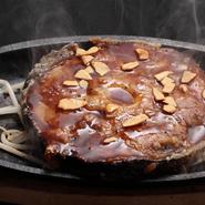 その日仕入れた新鮮なテールを豪快に焼いた一品です。 ガーリックの効いたオリジナルソースで焼き上げました。