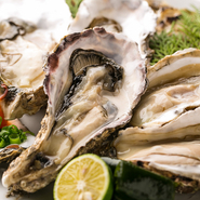 貝を開けた時に白っぽい水が出ているものは新鮮な証拠。生かき、蒸しもの、焼きもの、カキフライと多様な調理法でご提供致します。プレミアム焼酎「魔王」との相性もぴったりです。