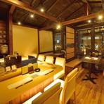 2階の席からは夜景も楽しむことができ、デートなどの大切なシーンにも喜ばれる事間違い無しです。全14席で個室のように使う事も可能。カウンター席は1階とは少し趣が違い「日本酒バー」と呼びたい雰囲気。