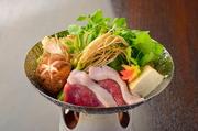 こちらも冬季限定の鴨セリ鍋・食感を大事にしていただけるよう、セリは盛り込みではなく別でお持ちします。しゃぶしゃぶと出汁にくぐらせてお召し上がりください。