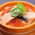 仙台名物のはらこ飯ふっくら炊いた鮭とたっぷりのいくらが美味しい一品。
