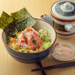 まずはそのまま、次はお出汁を加えて、胡麻だれの鯛を加えてと三度楽しめる海鮮丼。