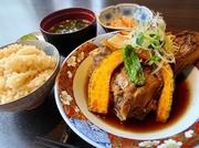 数量限定となります。ふっくら炊いた鮪がほろほろ柔らか。昼の魚だれは、ご飯にぴったり!!お出汁の利いたお吸い物も、ほっとする味わいです。