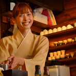スタッフは女性中心に、お客様への細やかな配慮ができる接客を心がけています。また、日本酒の事、食材の事など、知識を向上させていく事が、お客様への安心感に繋がると常に話し、知識を向上させています。