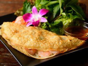 外はカリッと、中はトロッとした食感の『バンセオ(ベトナム風お好み焼き)』
