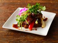 香ばしさが食欲をそそる『ローストスペアリブ 旬の野菜添え』
