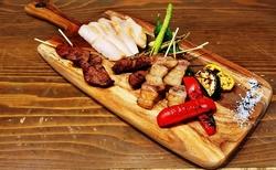 一番人気、土佐和牛の備長炭焼きを含む豪華10品の宴会向けコース。おの実の味を心ゆくまでご堪能あれ!