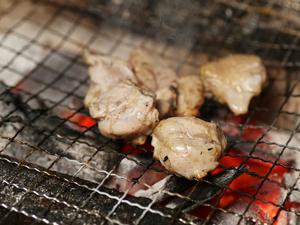一品ずつじっくり炭火で焼きあげた『地鶏の炭火焼』