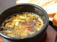 ニンニクの芳醇な香りにお酒がすすむ『マッシュルームとベーコンのアヒージョ』