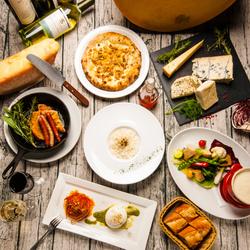 大きなチーズのグラナバダーノ・リゾットや花畑牧場のラクレットチーズ・話題のブラータを堪能できるコース