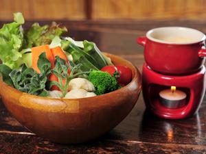 お通しで味わえる『ALL植物性の特製ソースと6種の生野菜のバーニャカウダ(お一人様)』