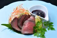お肉の旨み引き出した一品『ローストビーフ赤ワインソースで』