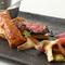 肉本来の上品な旨み、ほんのりとした甘さが特徴の『葉山牛とフォアグラのポワレ』