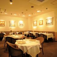 「グランメゾンとは、料理やワインはもちろん、サービスや内装、アートも含めての空間です」と大川シェフ。フランス在住の洋画家・山崎修氏の絵画が飾られた上質な空間は、訪れたゲストを非日常へと誘います。