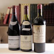 800種8000本を揃えるワインは、国内屈指の貯蔵数。カジュアルに飲める物からワイン通を唸らせる秘蔵の品まで、さまざまな種類、ヴィンテージを求めワインの愛飲家が集います。