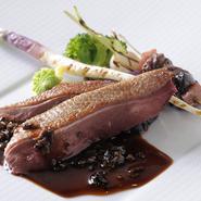 ジビエである青首鴨にはフォンドヴォーではなく、あえて鴨の出汁をソースに使用。力強い鴨の味に負けないソースで、ビロードのように輝く鴨肉を堪能できます。