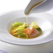 花ズッキーニの中に海老やホタテのムースを詰め、白ワインで蒸したタラバガニやハマグリと合わせます。魚介の旨味を閉じ込めたひと皿は北海道の海の恵みを楽しませてくれます。
