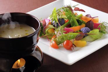 寒くなったら登場する人気メニュー『色々野菜のバーニャカウダソース』