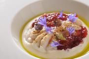 深海魚である鱈と根菜である根セロリやビーツは、土っぽさでつながるとこれらの食材を合わせました。北海道の冬の旬である鱈を、見事にバスク料理に転化した逸品です。