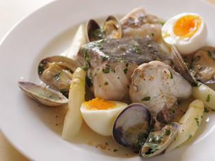 バスク料理と地元の幸を融合させた代表料理『鱈のサルサベルデ』
