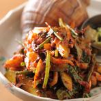 『エゾツブのコッチョリ』など、副菜の充実も同店が愛される由縁。コッチョリとは韓国語で、浅漬けキムチのことですが、刺身で味わえる襟裳産のツブ貝を、ピリリと辛みの効かせた味付けで提供。お酒の進む味です。