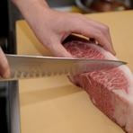 伊藤氏がこだわるのが肉のカット。通常、肉が柔らかく味わえるようにカットする店が多い中、伊藤氏はあえて肉の目に逆らいカットすることも。これにより噛み応えのある食感で肉の旨みを存分に楽しんでもらえます。