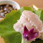 まるでホタテのような食感は、新鮮なミノだからこそのなせる業です。さっと湯引きしたミノをシンプルに薬味が効いた酢醤油で楽しみます。