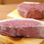 肉の質にはこだわらなければ嘘になります。だからと言って産地を指定した銘柄牛だけに絞るとどうしても高くなってしまいます。だからこそ自分の目利きを信じて、あえて産地にはこだわらず肉を仕入れています。