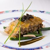 大間産黒アワビが主役の『やわらかい煮アワビの冷製とスッポンのジュレ キャビアとともに』