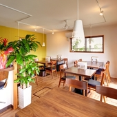 明るい自然光が降り注ぐ、開放的でオシャレな一軒家レストラン