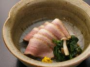 低温でじっくりと、蒸し煮で美しさと柔らかさを引きだす『合鴨ロース』